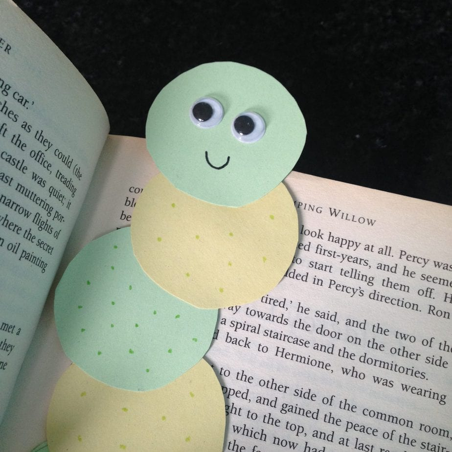 Kid's Craft | Bookworm Bookmark Using Paper Circles